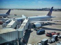 Widok na samolot na lotnisku